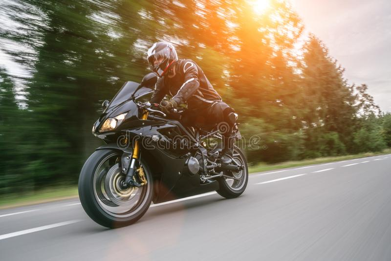 在路骑马的摩托车 获得乘坐空的路的乐趣在摩托车游览/旅途 库存图片