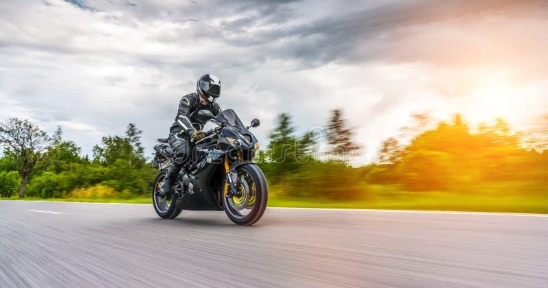 在路骑马的摩托车 获得乘坐空的路o的乐趣 库存图片