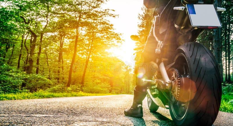 在路骑马的摩托车 获得乘坐空的路o的乐趣 免版税库存图片