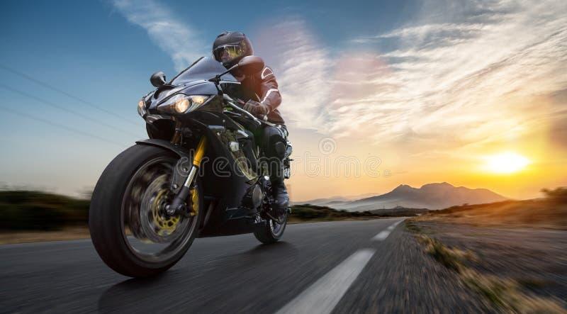在路骑马的摩托车 获得驾驶在摩托车游览旅途上的乐趣空的高速公路 免版税库存照片