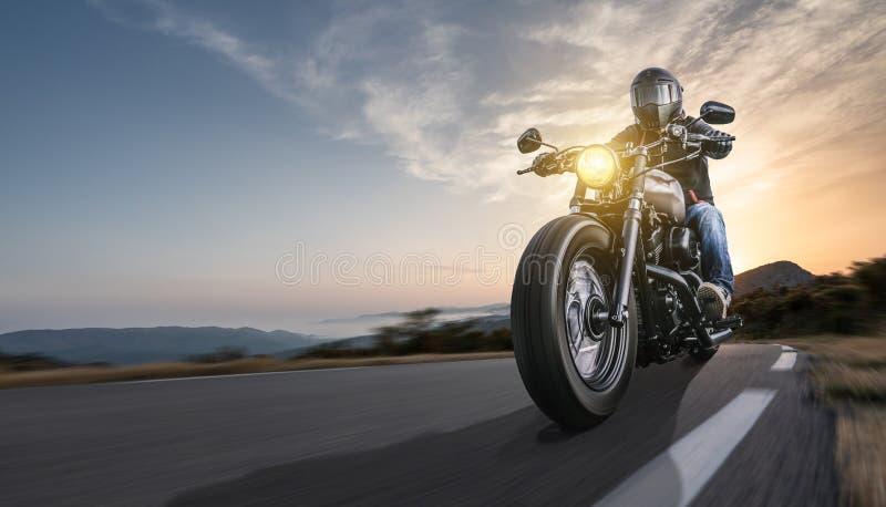 在路骑马的摩托车 获得驾驶在摩托车游览旅途上的乐趣空的高速公路 库存照片
