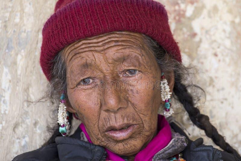 在跳舞Tsam奥秘的神秘的面具期间的西藏老妇人跳舞在Yuru Kabgyat佛教节日的时候在Lamayuru Gompa,小伙子 免版税库存照片