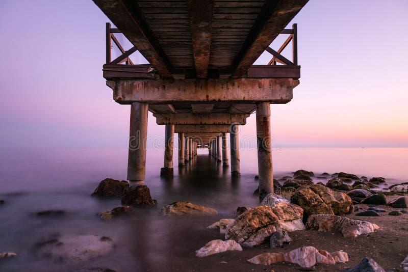 在跳船下在日落的马尔韦利亚 免版税库存图片