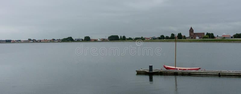 在跳船的明亮的红色帆船 免版税图库摄影