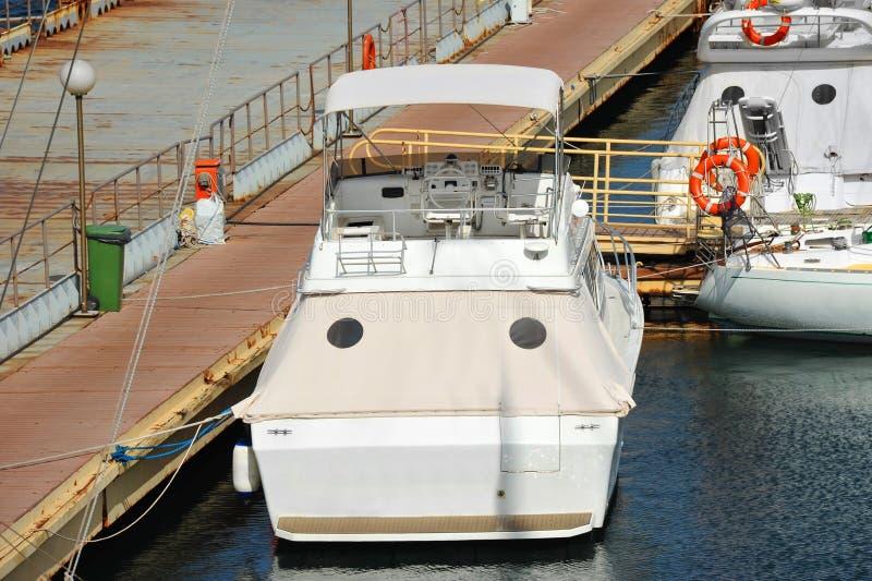在跳船的马达游艇 免版税库存图片