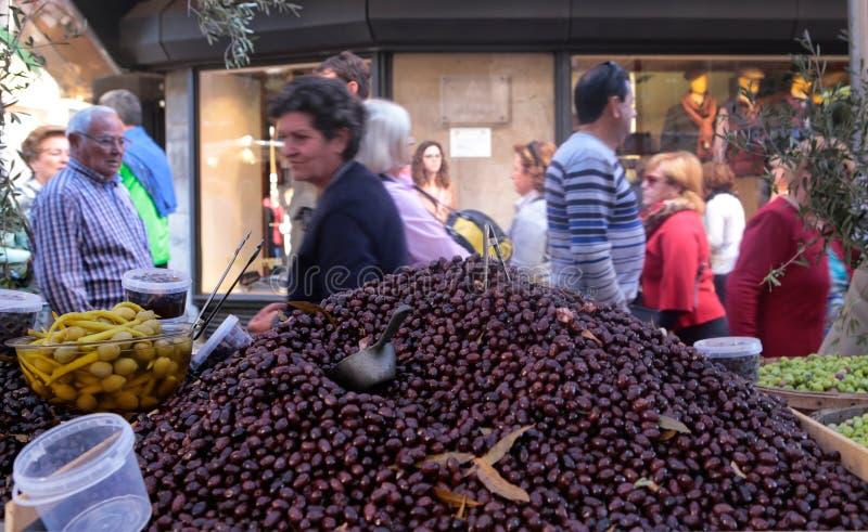 在跳蚤市场上的橄榄 库存图片