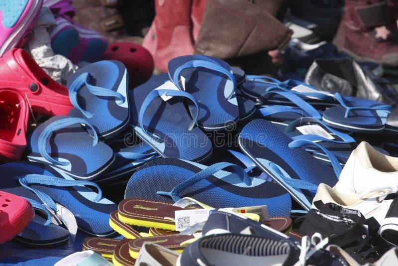 在跳蚤市场摊位的夏天鞋子 库存图片