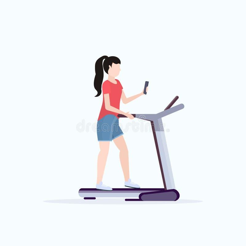 在踏车女孩的妇女赛跑使用智能手机,当训练平展充分时锻炼健身房数字小配件瘾的概念 库存例证