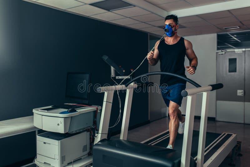 在踏车的赛跑者在生物力学实验室 库存图片