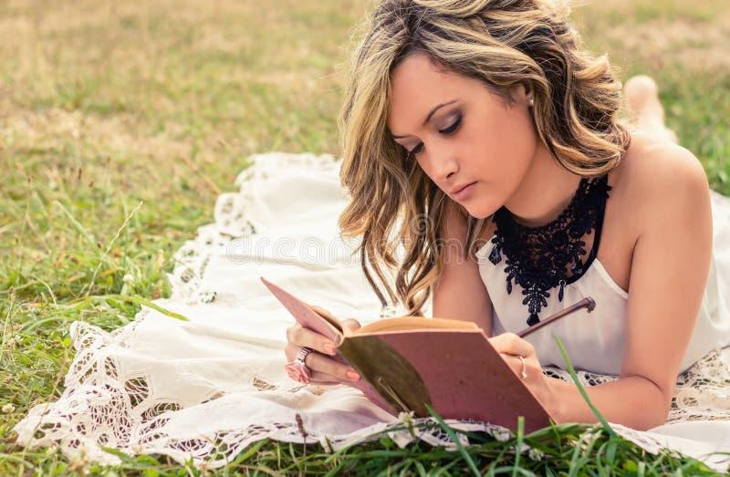 在躺下的日志的浪漫女孩文字 库存图片