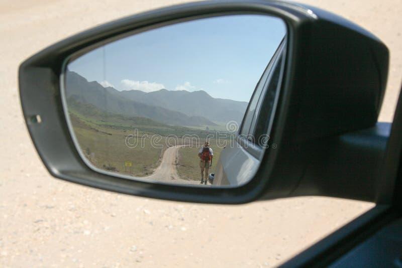 在车后视镜的路 库存照片