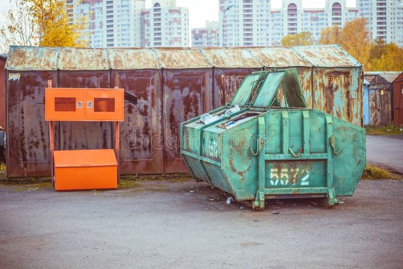 在车库停车处的垃圾箱 免版税库存照片