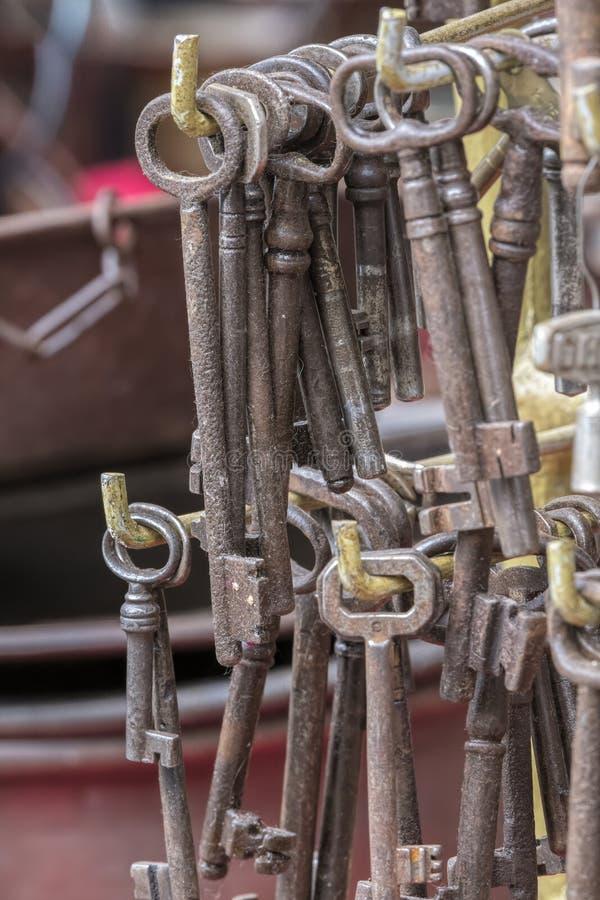 在车库售物的老钥匙 免版税图库摄影