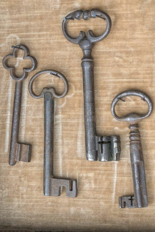 在车库售物的老钥匙 免版税库存照片