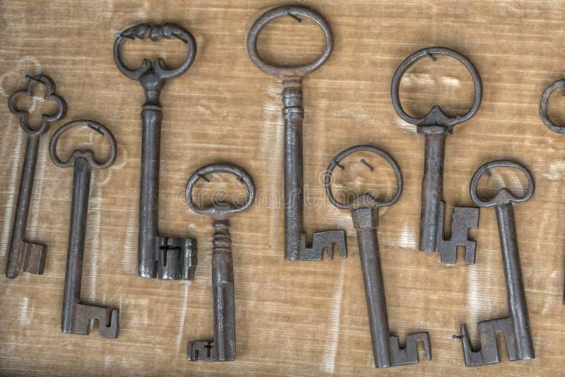 在车库售物的老钥匙 免版税库存图片
