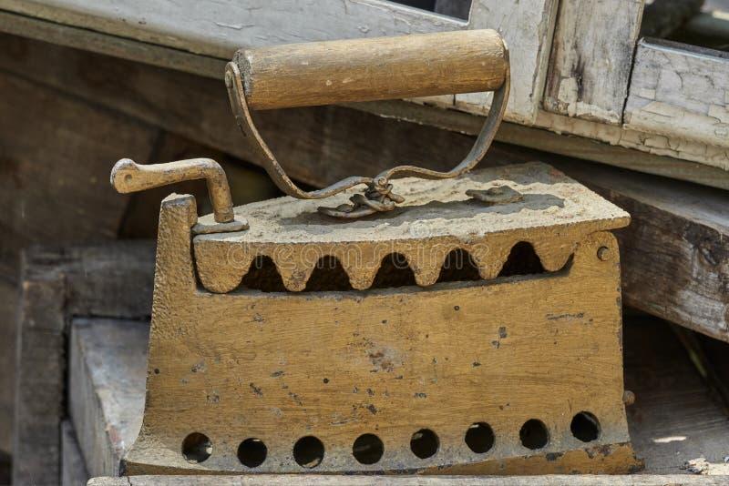 在车库售物的老铁 免版税库存照片