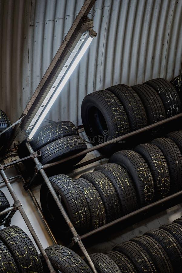 在车库堆积的轮子 库存图片