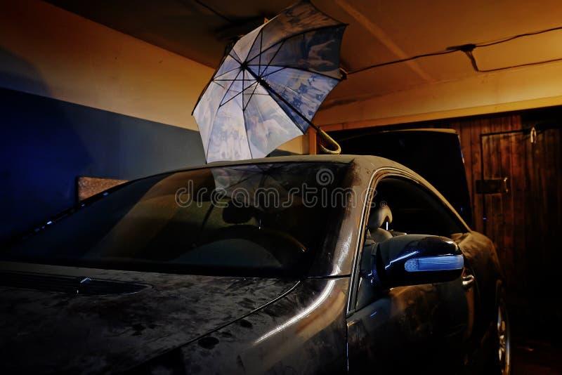 在车库的多灰尘的老汽车 免版税库存照片