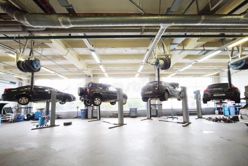 在车库的推力上升的四辆黑汽车 免版税库存照片