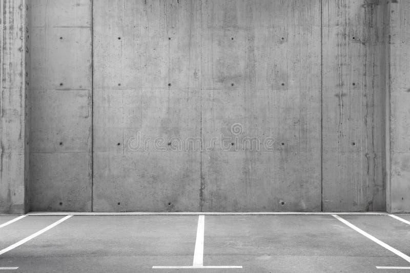 在车库的空的停车场 免版税库存图片