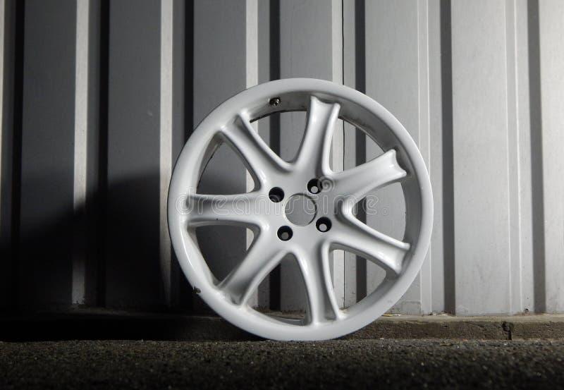在车库的被折除的损坏的轮子外缘 免版税库存照片