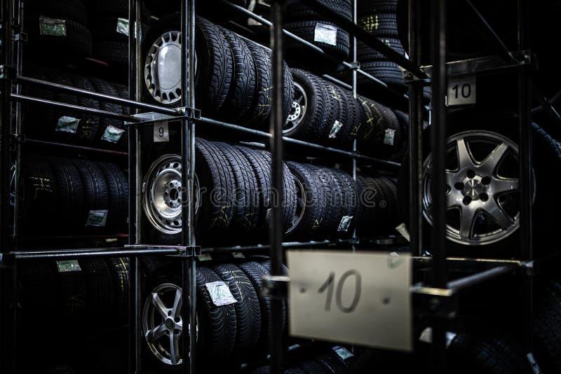 在车库被存放的轮胎 免版税图库摄影