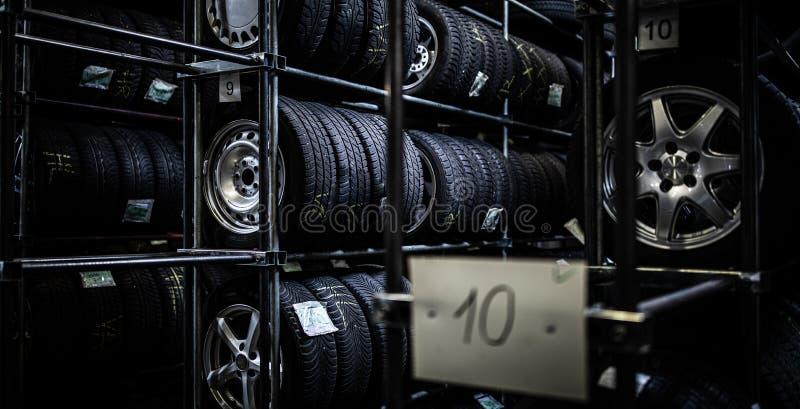 在车库被存放的轮胎 免版税库存照片