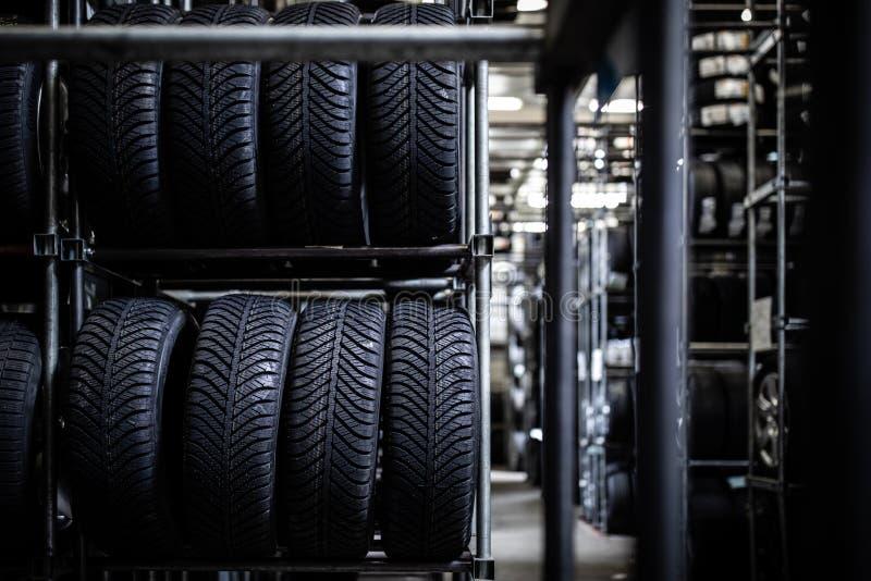 在车库被存放的轮胎 库存照片