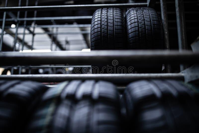 在车库被存放的轮胎 图库摄影