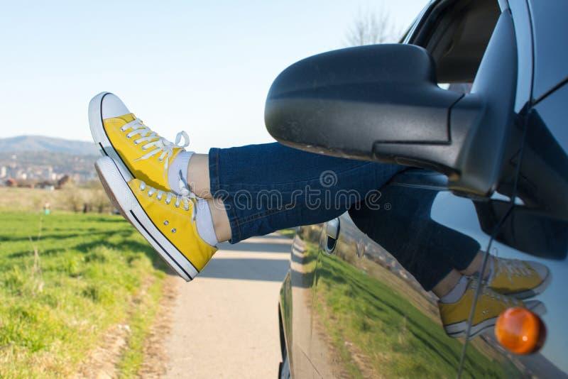 在车窗外面的妇女腿 库存图片