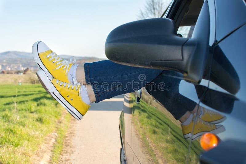 在车窗外面的妇女腿 免版税库存照片