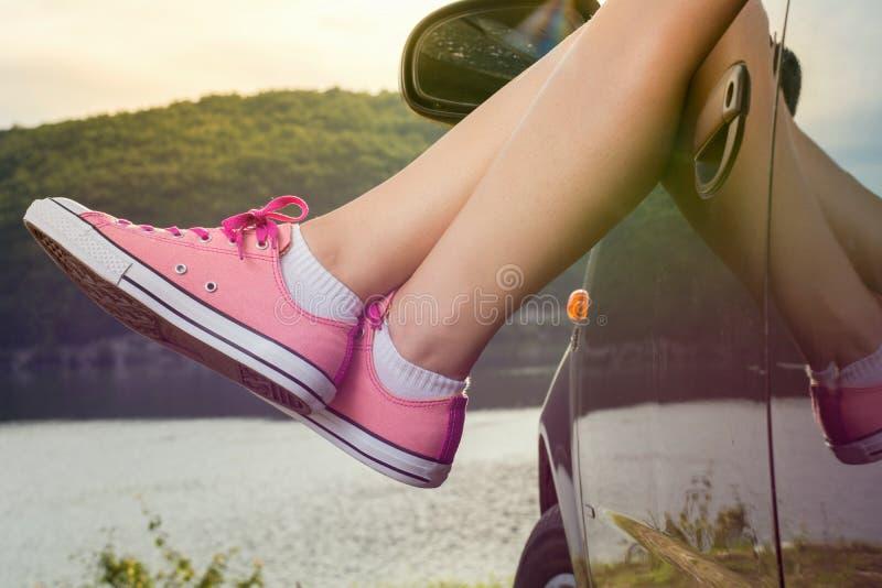 在车窗外面的腿由湖 免版税库存照片