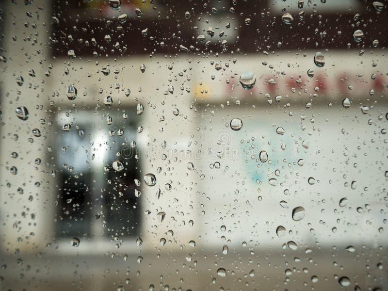 在车窗的雨下落 免版税库存照片