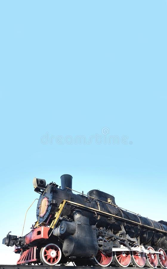 在轨道的古色古香的黑减速火箭火车 对苏联珠蚌类的工业成就的一座纪念碑 库存图片