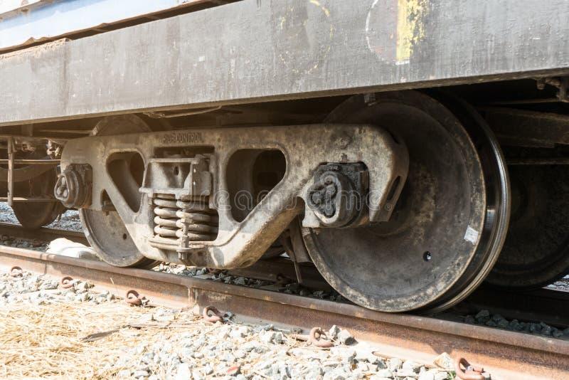 在轨道的火车轮子与火车来路不明的飞机 免版税库存图片