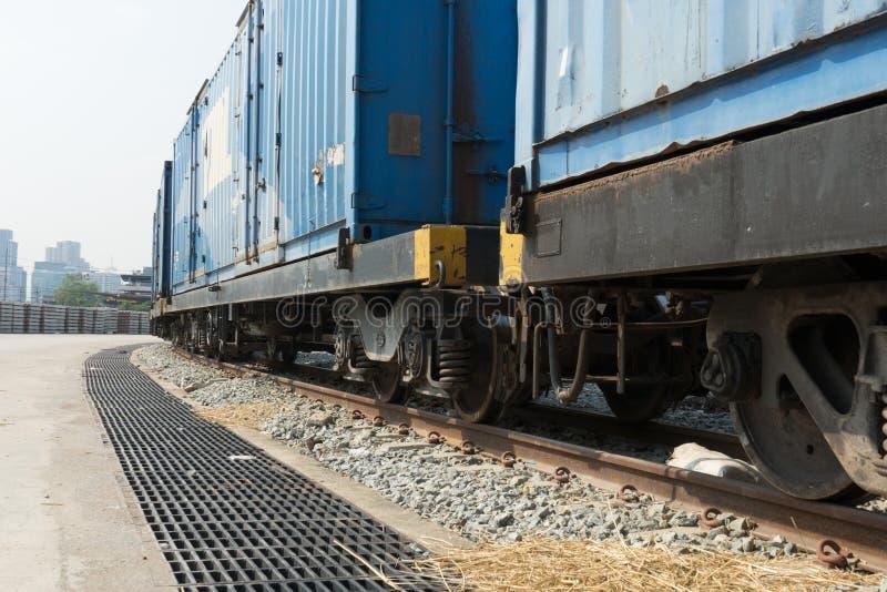 在轨道的火车轮子与火车来路不明的飞机 免版税库存照片