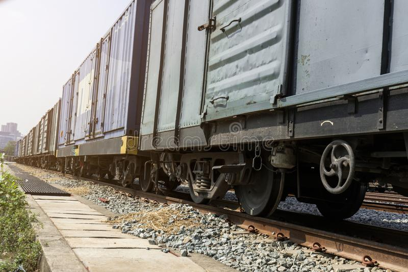 在轨道的火车轮子与火车来路不明的飞机 库存照片