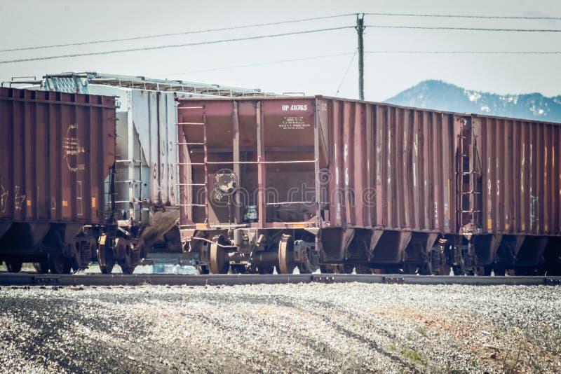 在轨道的经典五谷跳跃者列车车箱 库存图片