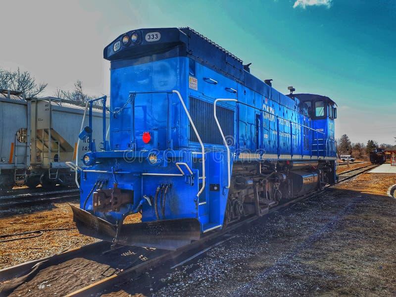 在轨道的蓝色火车引擎在Orangeville,安大略 库存照片