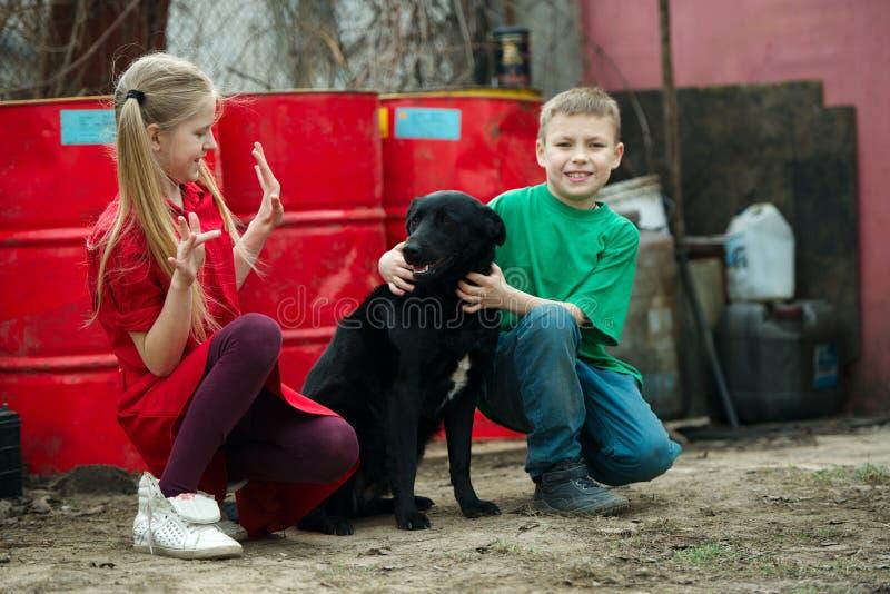 在转储的儿童游戏与狗 免版税库存照片