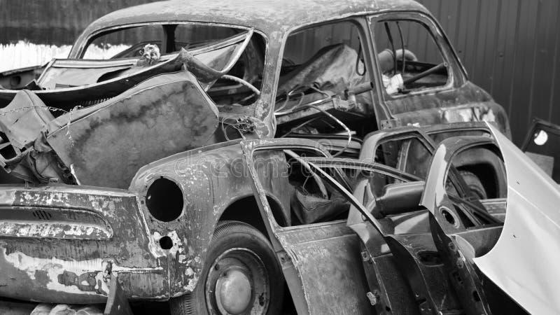 在转储的老生锈的汽车 库存照片