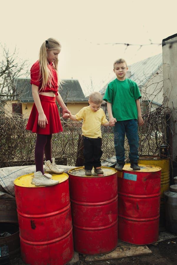 在转储鼓的儿童游戏 免版税库存照片