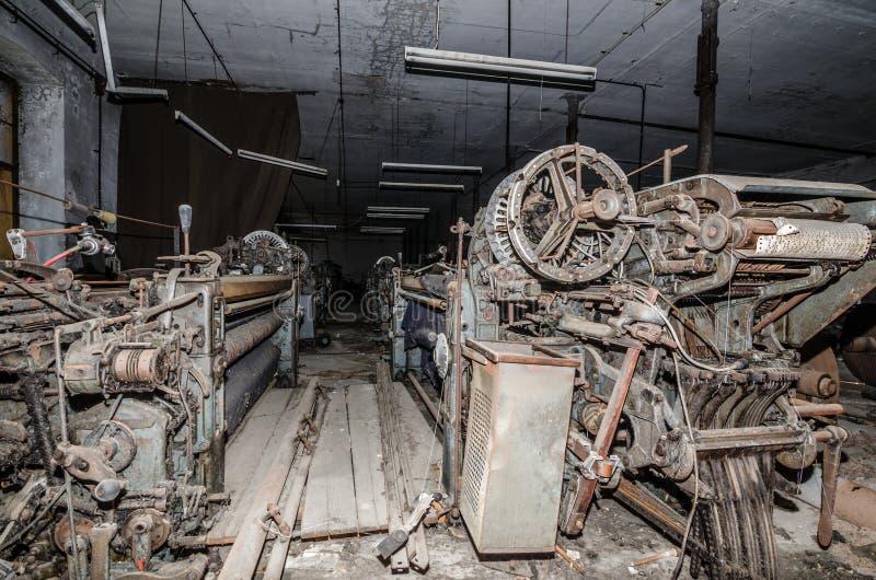 在转动的许多老织布机 库存照片