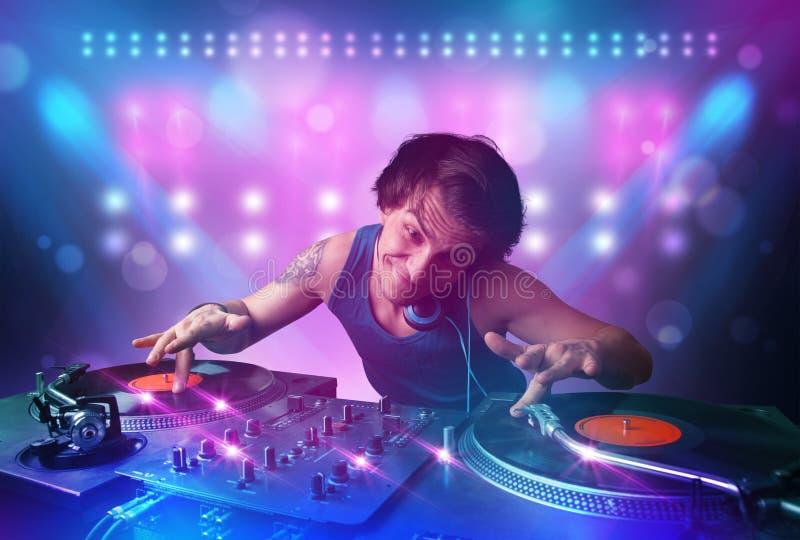 在转盘的音乐节目主持人混合的音乐在与光的阶段和 向量例证