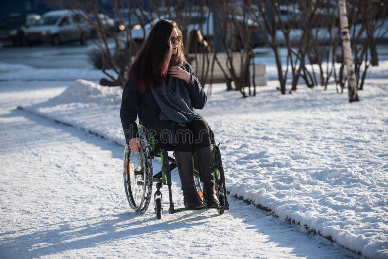 在轮椅失去能力的美丽的女孩 免版税库存图片
