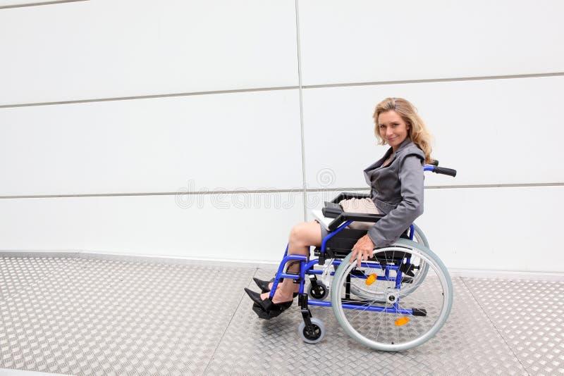 在轮椅的执行委员 图库摄影