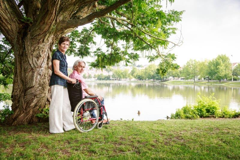 在轮椅的资深夫妇 图库摄影