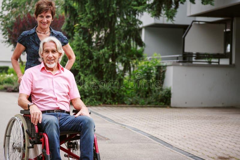 在轮椅的资深夫妇 库存照片