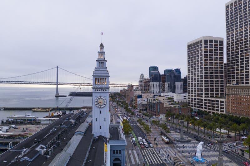 在轮渡市场街市市中心江边的鸟瞰图 免版税库存照片