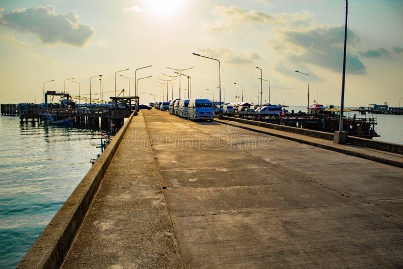 在轮渡码头的梭搬运车 免版税库存照片
